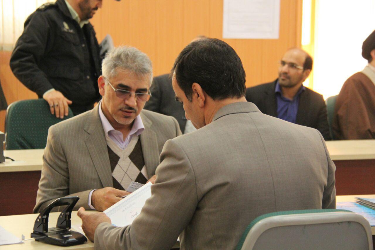 سردار جواد درویش وند با حضور در ستاد انتخابات کشور برای کاندیداتوری در انتخابات مجلس دهم ثبت نام کرد
